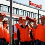 EMMEN - Werknemers van de firma Honeywell voeren maandagochtend actie tegen de verdwijning van een kwart van de arbeidsplaatsen. De directie van Honeywell heeft besloten de productie naar Tsjechie te verplaatsen. Eisen van de vakbond zijn onder meer een goede ontslaguitkering, een looptijd van 5 jaar en ondersteuning bij het vinden van ander werk. ANP PHOTO VINCENT JANNINK